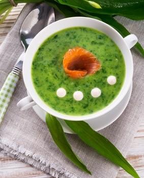 Grüne Suppe und Forelle mit nur 7 g Kohlenhydraten