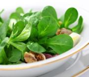 Jungspinat-Walnuss-Salat mit nur 8 g Kohlenhydraten