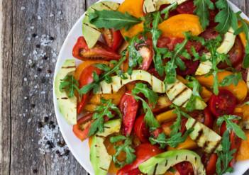 Bunter Salat für Vegetarier mit nur 11 g Kohlenhydraten
